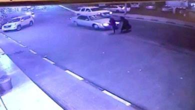 Photo of حادثة مروعة.. سيارة تدهس امرأة وتقذفها في الهواء بالأحساء (فيديو)