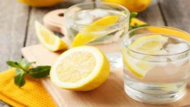 Photo of فوائد الليمون مع الماء الدافئ على الريق