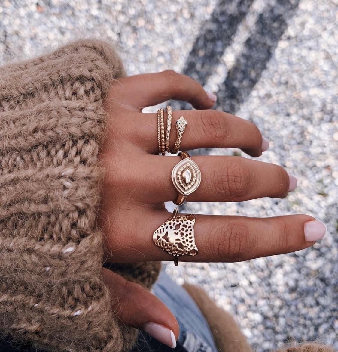 البنت المادية تسعى دائما لجمع المال والمجوهرات واستغلال حبيبها