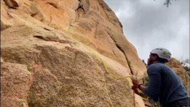 Photo of شاهد .. أول سعودية تتسلق جبل الشفا بالطائف