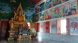 Besuch beim Buddha: Innenraum eines Gebäudes mit Buddhas Geschichte in Bildern