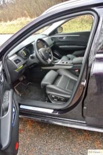 Po otevření dveří se sedačka sama posune vzad, díky tomu se dobře nastupuje i vystupuje.