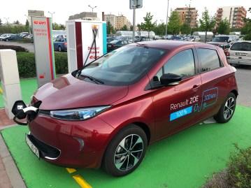 Nabíjení Renaultu ZOE na vymezeném místě pro elektromobily.