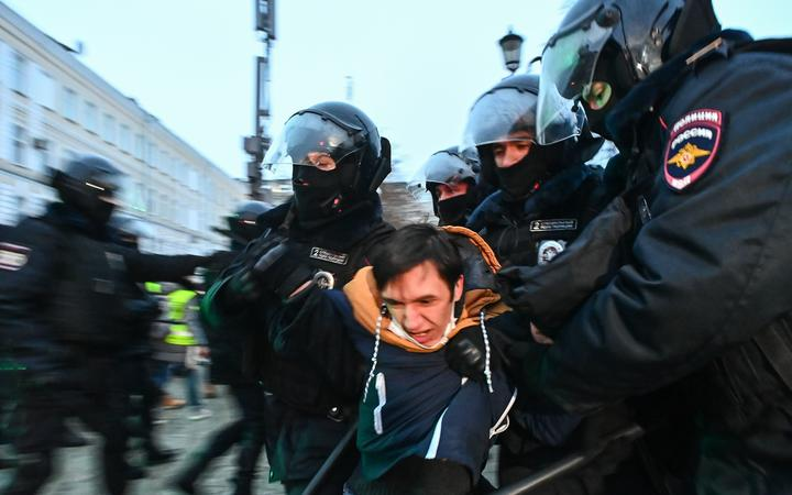6445241 23.01.2021 Riot police officers detain a protester during a rally in support of jailed Russian opposition activist Alexei Navalny in central Moscow, Russia. Evgeny Odinokov / Sputnik