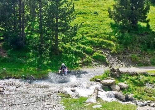 Pirenei in moto: guado nella Sierra del Cadí