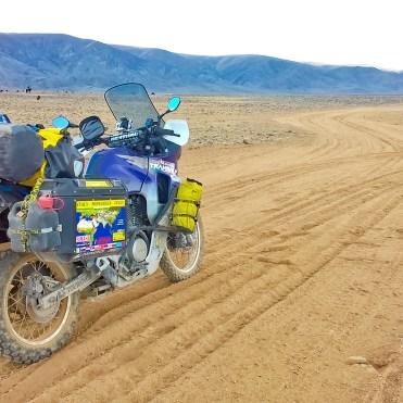 In moto in Mongolia, lungo una pista di sabbia verso Ulaanbaatar
