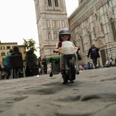 click-jones-moto-playmobil-instagram-impennata-piazza
