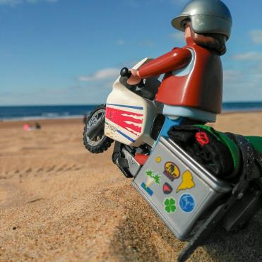 click-jones-moto-playmobil-instagram-impennata-spiaggia