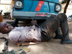 in-ape-in-africa-riparazione-meccanico-bamako