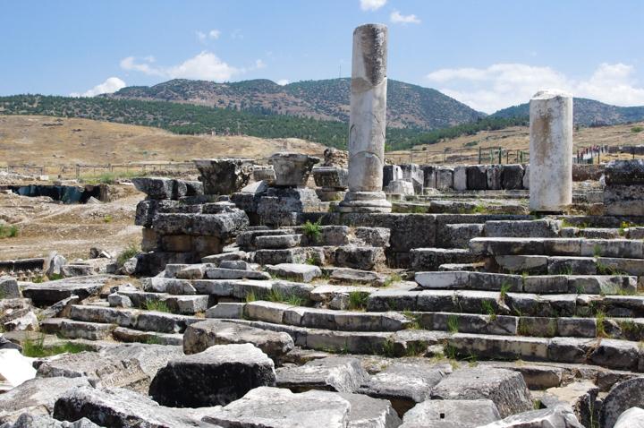 Pamukkale - Turkey - Hierapolis antique city - A must see when on a road trip in Turkey - www.RoadTripsaroundtheWorld.com