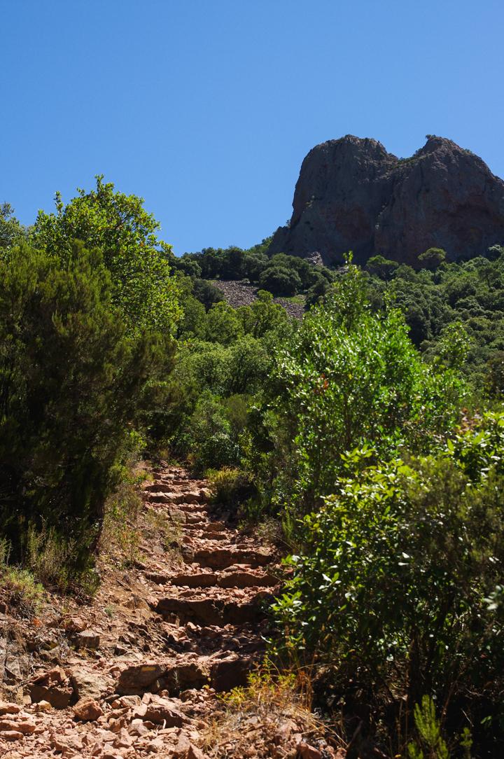 Path in the Esterel, France - Learn more on roadtripsaroundtheworld.com