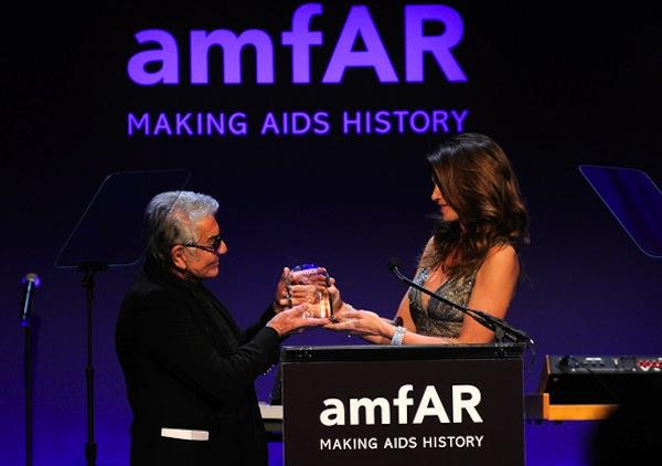 Roberto Cavalli receiving the amfAR award from Cindy Crawford