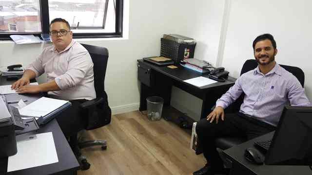 Os atuais cinco funcionários do escritório de contabilidade, localizado em São Paulo, são pessoas com as quais Eduardo sempre teve uma relação de proximidade e até amizade