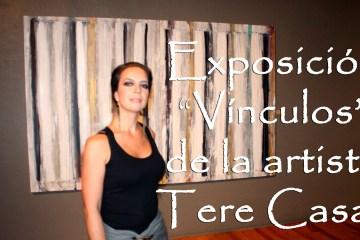 """Tere Casas junto a su obra """"Side by side (dìptico)"""" en la inauguración de la exposición """"Vínculos"""" en el Centro de Cultura Casa Lamm."""