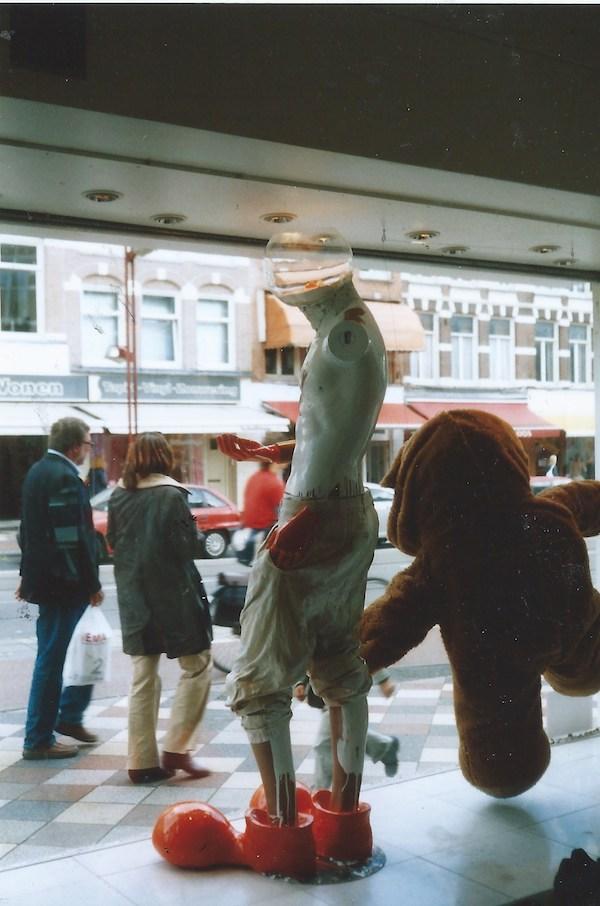 straatmuseum, StraatMuseum, Marcel Ozymantra, 2003, amsterdam, linnaeusstraat, middenweg, pretoriusstraat, rode loper festival, festival, rode, loper, robert, pennekamp, winkel, etalage, etalage kunst