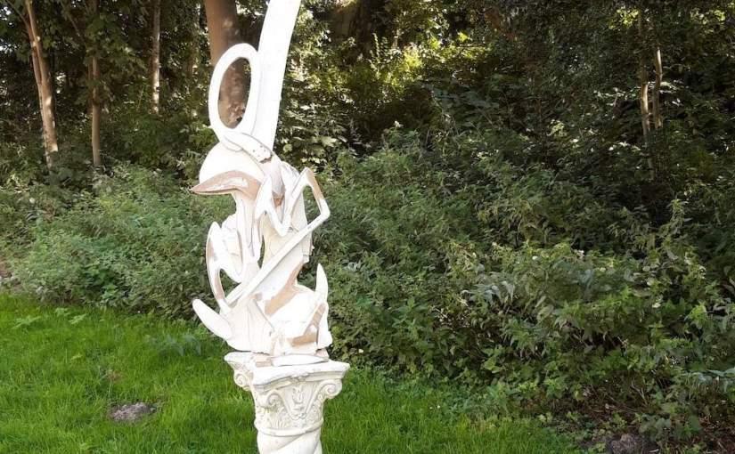 Wit houten beeld van gevonden hout voor buiten