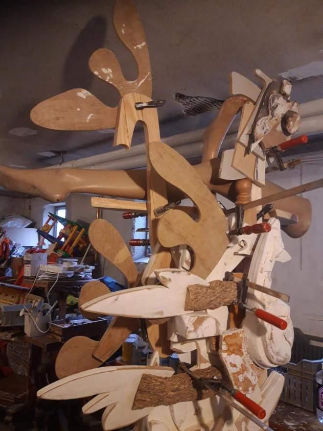 beeld, sculptuur, gevonden, duurzaam, recycle, hout, houten, abstract, figuratief, gevonden, voorwerpen, update, aanpassing, verandering, houtklem, beelden, robert, pennekamp