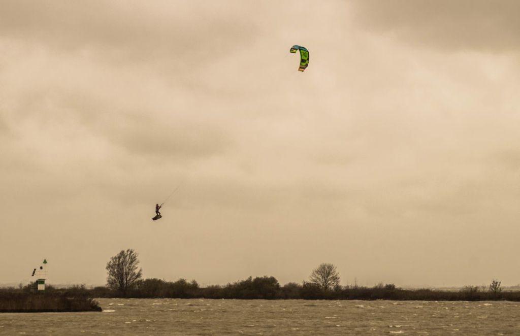 Kitesurfers in Markermeer bij storm