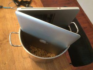 laptop in pan met rijst
