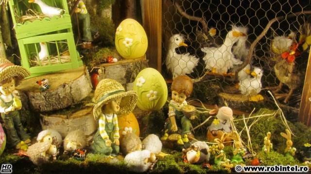 Vitrina artistică: păpuși și figurine animale și tot ce trebuie, la Casa cu flori