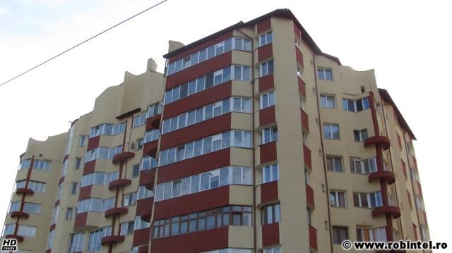 Un bloc destul de mare, unul dintre cele mai mari blocuri din Petroșani, a fost reabilitat termic fiindcă oamenii n-au acceptat să stea capră și să lase primăria să reabiliteze termic alte blocuri în timp ce lor încă le era datoare cu o tencuială exterioară