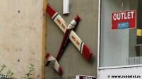 Un avion pe post de banner la o agenție de turism din Hunedoara