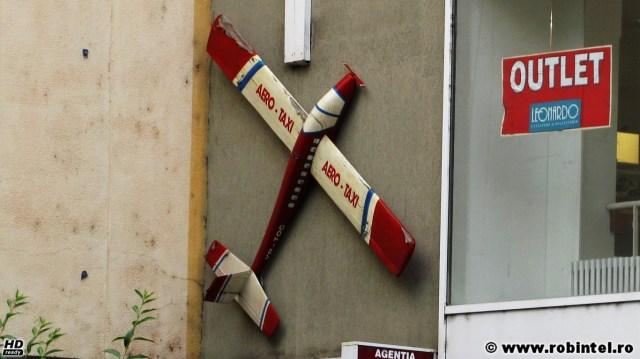 Un avion pe post de banner publicitar, la o agenție de turism din Hunedoara