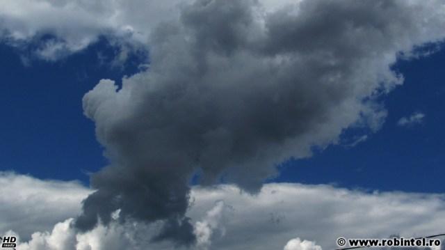 Un nor ciudat, care se ridica dintr-un alt nor ca din senin, fără vânt și fără logică