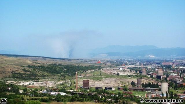Protecția mediului în România: groapa de gunoi a orașului Deva arzând, vedere de la 15 - 20 de kilometri depărtare, de la Hunedoara