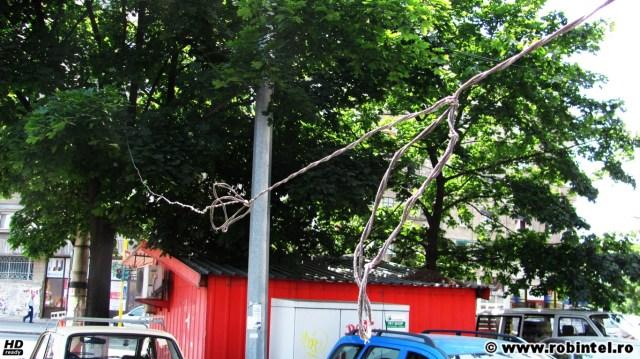 Pericole urbane: să te freci cu chelia de cablul telefonic