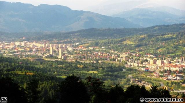 Municipiul Petroșani, vedere de ansamblu mai în detaliu dinspre Sud Vest.