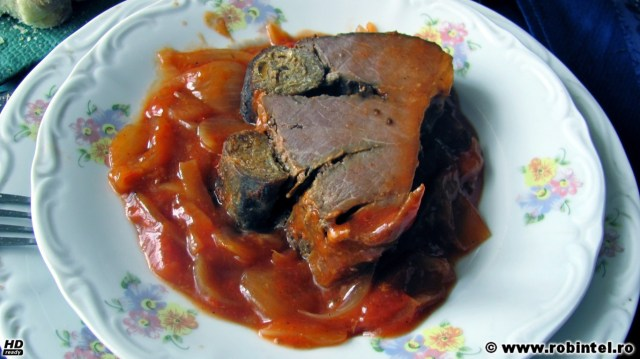 Mușchi de vită cu sos de ceapă și roșii