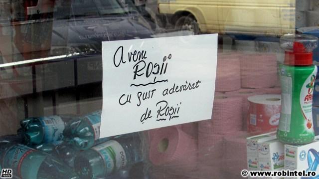 Avem roșii cu gust adevărat de roșii, anunț pe geamul unui magazin din zona Piața Mărăști din Cluj Napoca