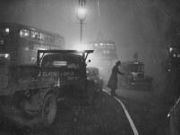 Marea Ceață din Londra anului 1952, cu un polițist dirijând traficul îngreunat de condițiile meteorologice (C) Getty Images via Daily Mail