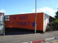 Inscripția: * In God we trust * (Credem în Dumnezeu), cu simboluri britanice și americane, semn al uniunii cultural-religioase dintre cele două națiuni. (http://www.robintel.ro/monumente-din-irlanda-de-nord/)