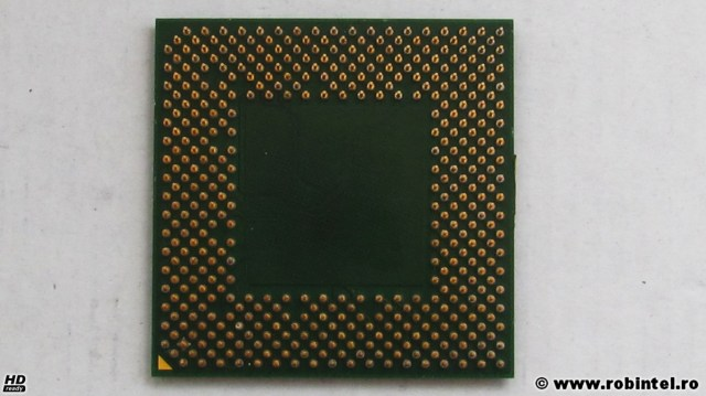 Microprocesorul AXDC2400DKV3C (AMD Athlon 2400+), vedere pe verso