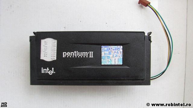 Microprocesorul Intel Pentium II SL28L (Klamath) pe Slot 1, văzut din față