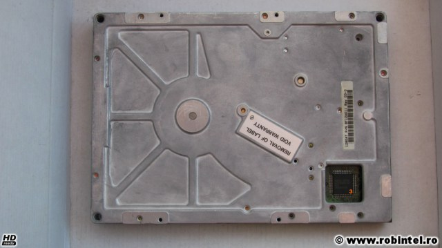 Hard diskul de 5.25 inci Quantum Bigfoot 1280 AT, văzut pe verso