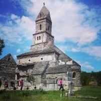#vizitainhd Biserica din Densuș, construită cu piatră luată din apropiere, de la Ulpia Traiana Sarmizegetusa.