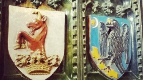 Simbolurile familiei Huniade pe o sobă de teracotă verde