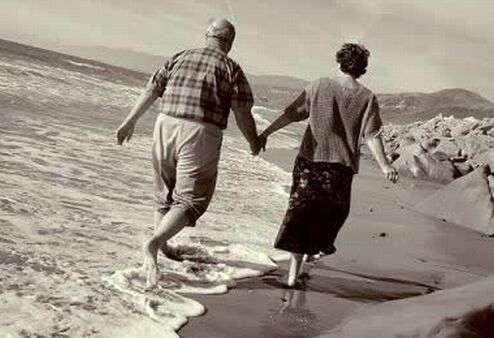 Risultati immagini per anziani che si baciano