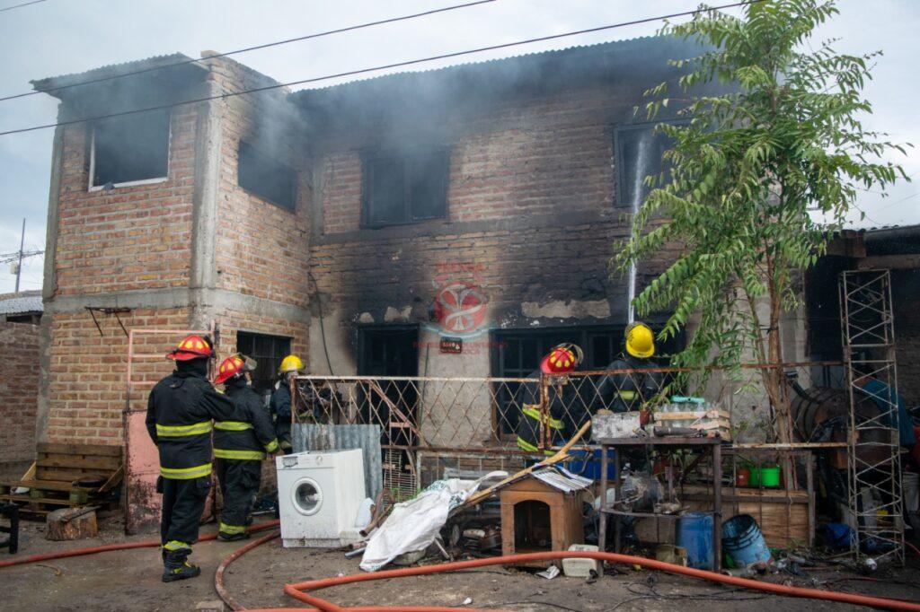 Feroz incendió consumió una vivienda en la zona norte de Roca – La Comuna