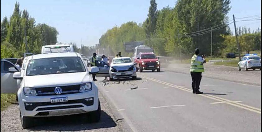 No alcanzó a frenar y chocó con una camioneta, en Ruta 22 y Mendoza