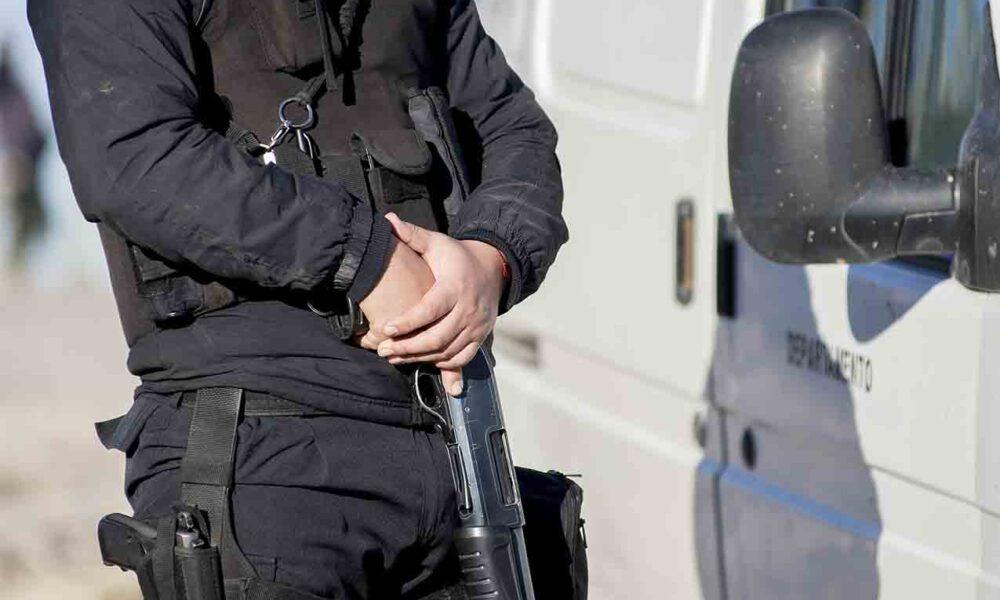 Secuestraron cartuchos y vestimenta de policía escondida en un baúl