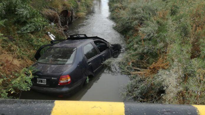 Ruta 22: Venía a trabajar a Roca, sufrió un despiste y terminó en el desagüe