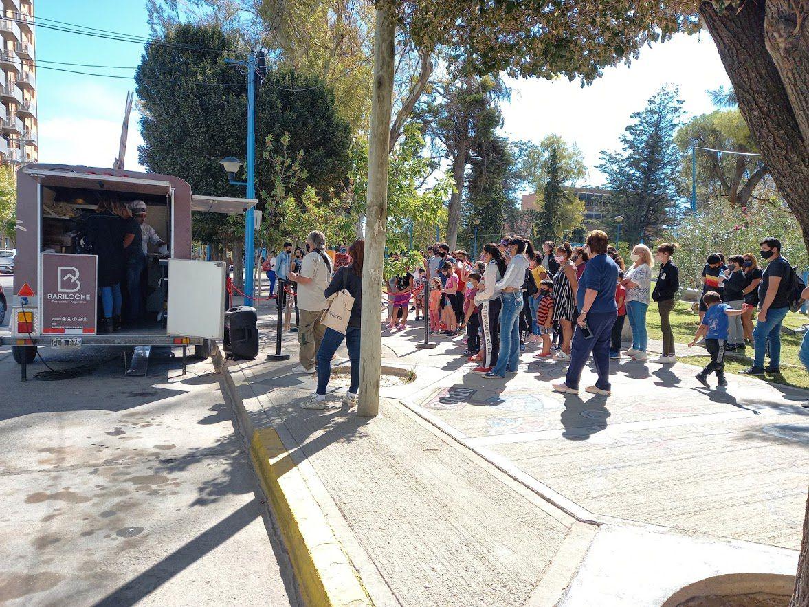 Éxito total: Los roquenses hicieron fila para probar los chocolates de Bariloche