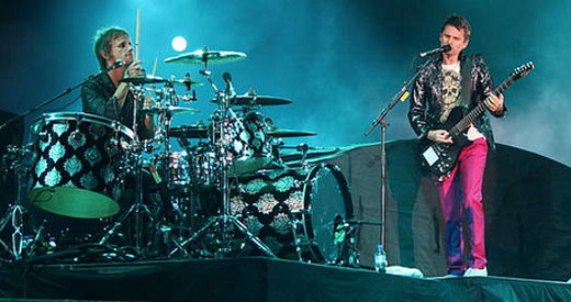 O batera Dominic Howard e o chefão Matt Bellamy no show de sábado, no Morumbi, antes do U2 tocar