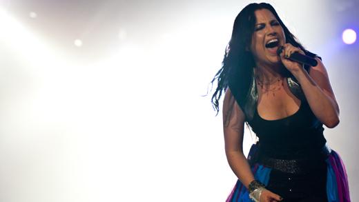 Amy Lee enfrenta o calor e se esgoela durante o show da noite de encerramento do Rock In Rio