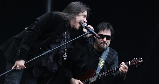 Andre Matos e o guitarrista Andre Hernandes lado a lado no show da banda solo do vocalista