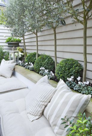 Small courtyard garden with seating area design and layout 31